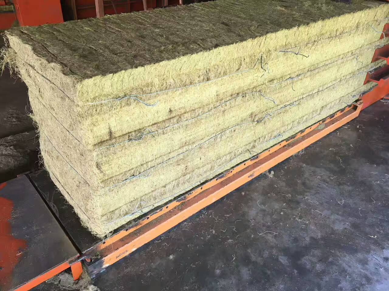 What's the reason of hydraulic oil heat up in the straw baler?